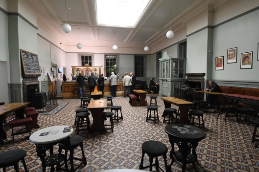 DG283267. Interior of the Kings Head on the station. Huddersfield. 4.10.17