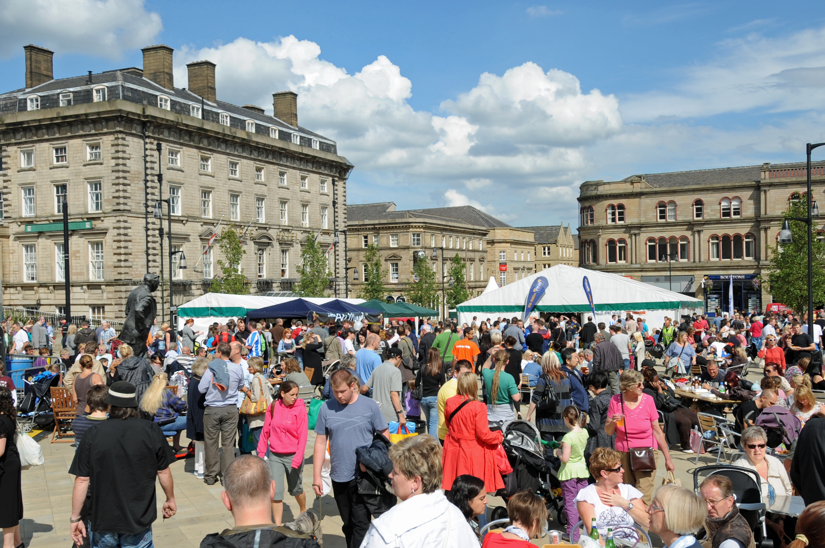 DG60541. Crowds. Huddersfield food drink festival. 14.8.10.