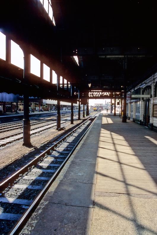 01085. Platforms 12-13. Manchester Victoria. 25.5.90.
