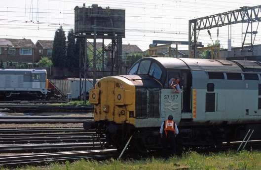 03860. 37107. Stopping for a chat. Bescot. 2.6.94