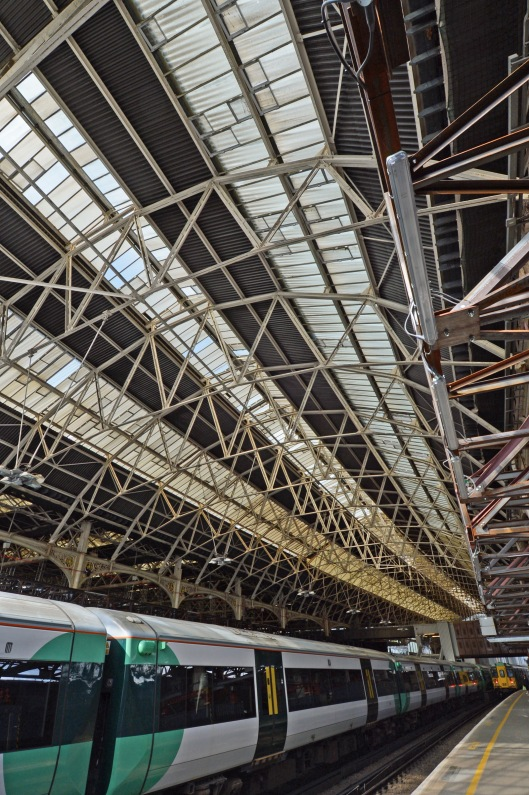 DG123698. Readying the roof for demolition. London Bridge. 11.9.12.