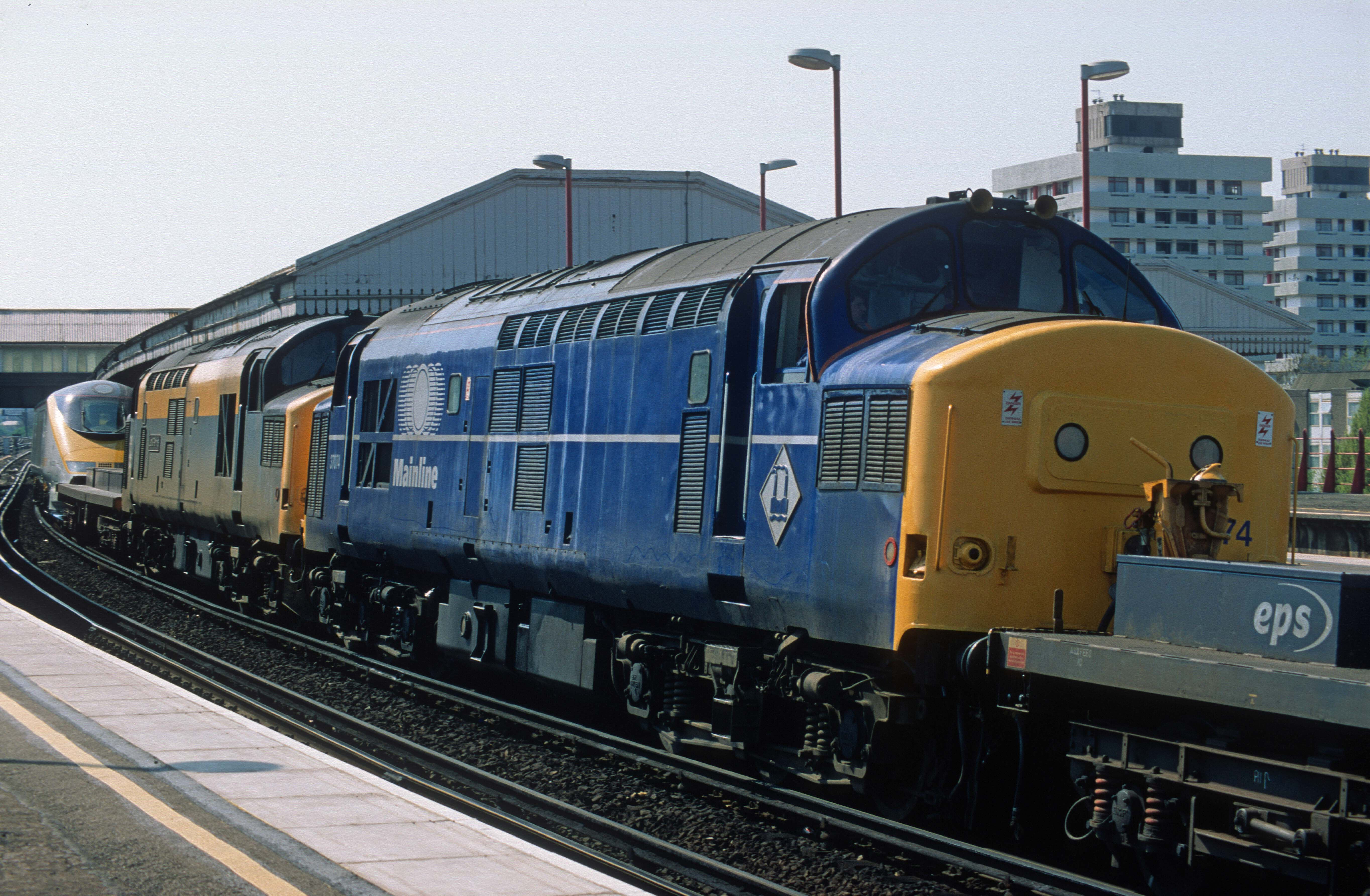 05540. 3223 being dragged ECS via Kew from North Pole. 37074. 37185. Clapham Jn. 21.4.1996crop