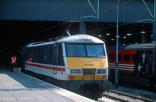 7610. 90009. 14.35 to Glasgow Central. Euston. 10.4.2000crop