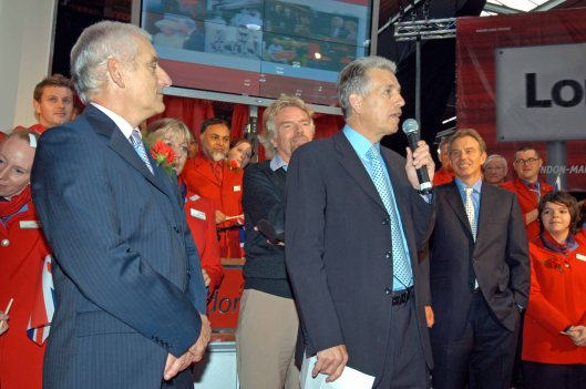FVT02035. Green. Owen and Blair. Red revolution. Euston. 20.09.2004.crop