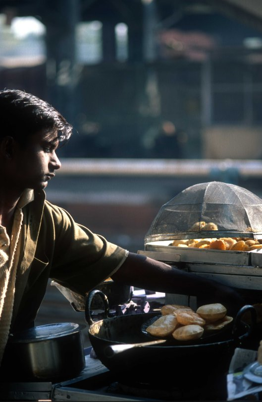 T9833. Vendor cooking pooris at the railway station. Ahmedabad. Gujarat. India. 21.02.2000crop