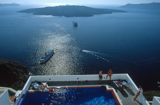 T11902. Swimming pool and crater. Santorini. Cyclades. Greece. 26.9.01crop