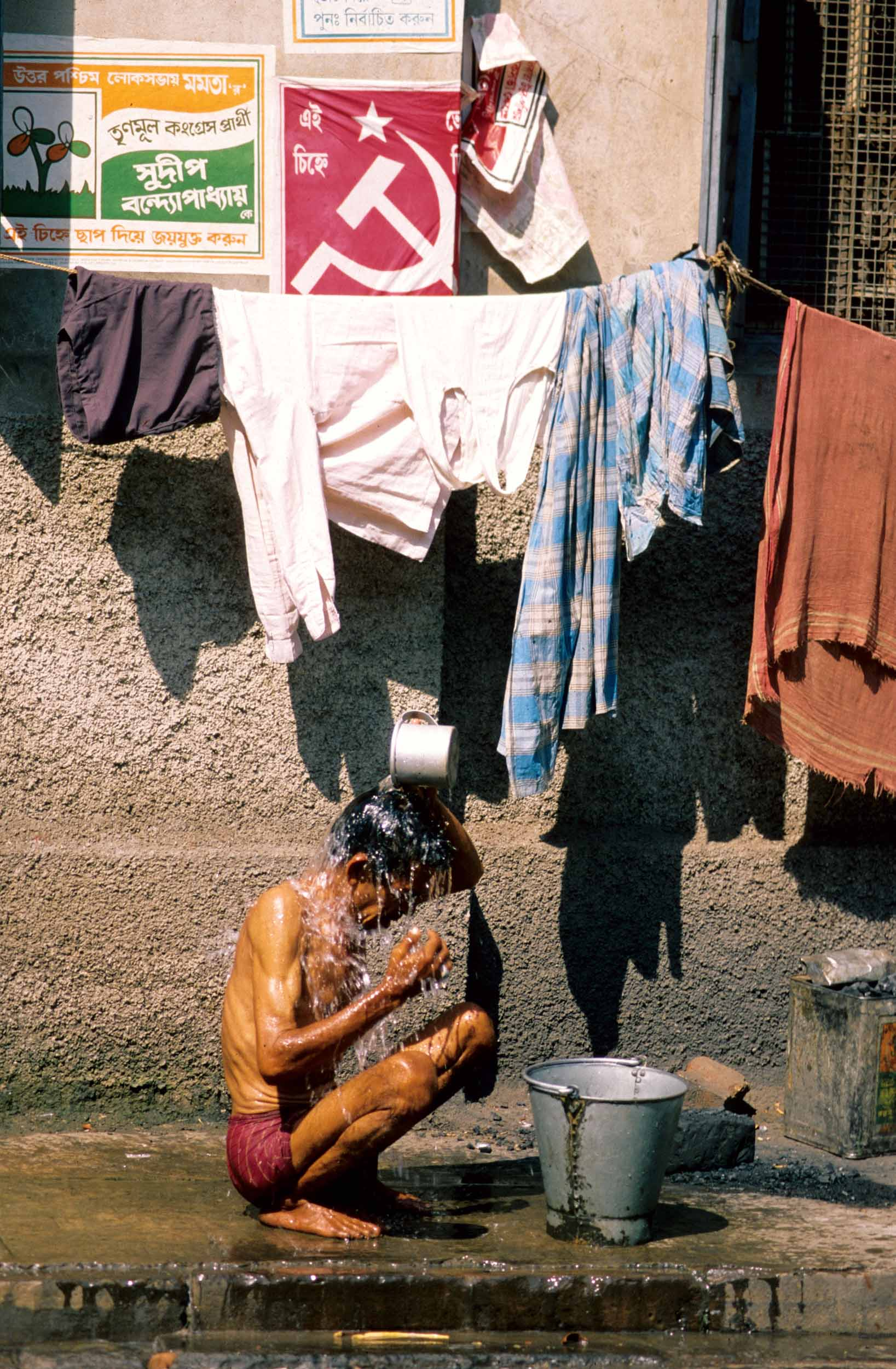 T6754. Bathing Man. Calcutta. India 1992.crop